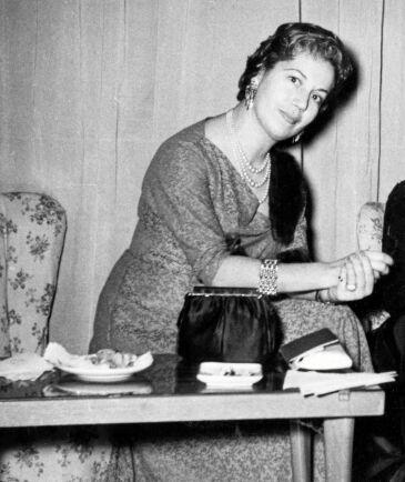 Klänningarna på 1960-talet skräddades ofta med smala ärmar riktade neråt och lite bakåt. Knappast något att veva med armarna i.