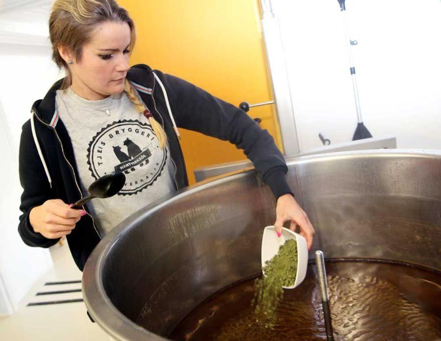Humle är en av huvudbeståndsdelarna i öl.