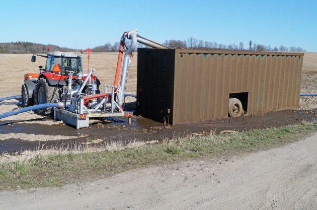 Hjärtat i systemet är pumptraktorn med kompressor på frontlyften. Den bör ha en effekt på 140 kilowatt. Gödsel rann ut därför att lastbilen överfyllde containern.