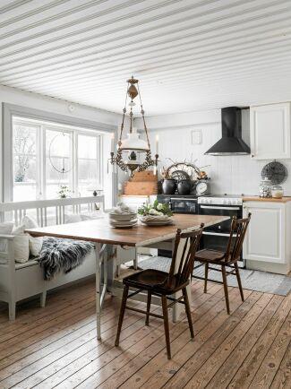 Möbler och prydnadssaker är mestadels loppis- och auktionsfynd eller kommer från gårdens egna lador.