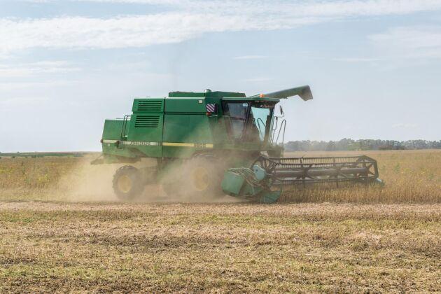 I nya versionen av Farming Simulator som släpps i höst kommer även John Deere-maskiner finnas med.