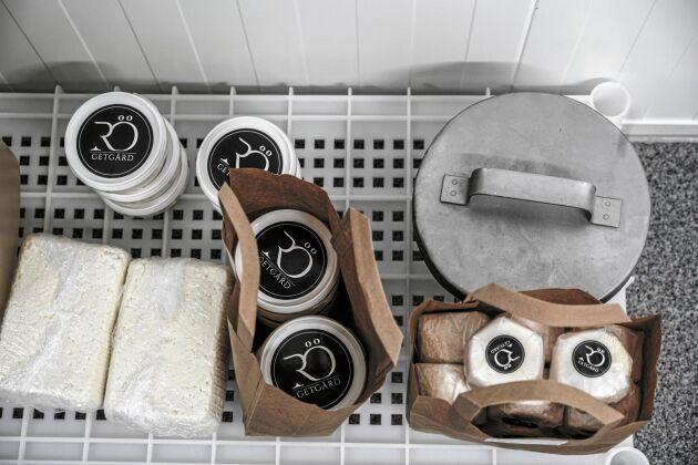 Kajsa säljer sin ost till lokala butiker och restauranger.