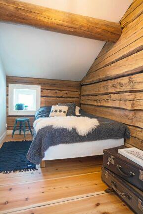 Sovrummet med sina mäktiga, stora takbjälkar och sluttande tak.
