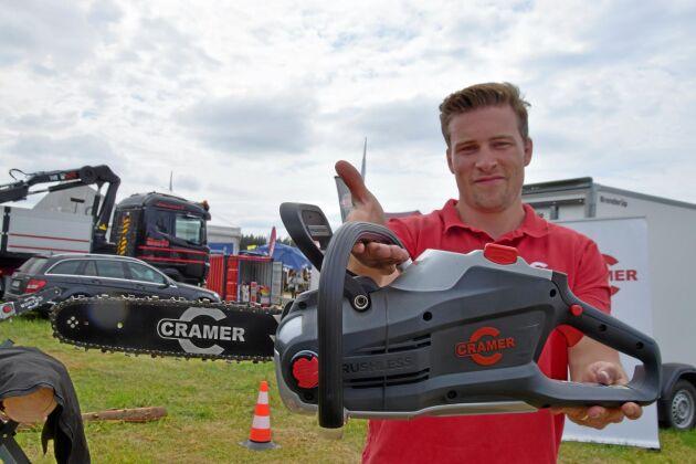 Martin Lindgren visade Cramers nya batterimotorsåg.