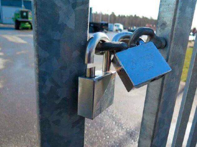 Efter stölden i Kumla satte traktorligan ett eget hänglås till maskinfirmans grindar samtidigt som det gamla avklippta låset fick sitta kvar.
