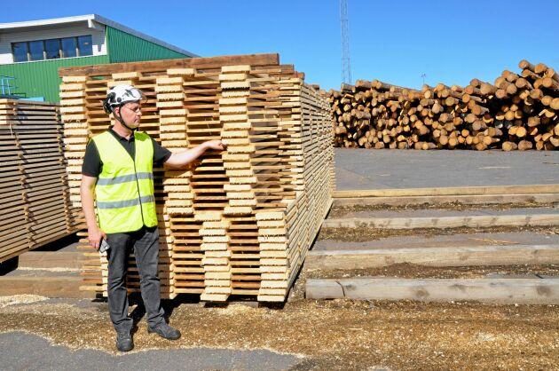 Södras Platschefen Tomi Liikkanen gillar att Södras tagit över sågverkets säljverksamhet. Det gör att Tomi och hans kollegor kan koncentrera sig på produktionen.