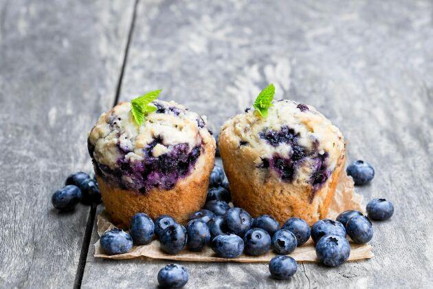 Blåbärsmuffins med en knaprig kaneltopping äts med fördel till ett glas mjölk.