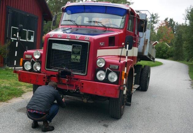 En Volvolastbil söker ny ägare. Magnus Eriksson fotar, frågar och filmar för att få till en så bra beskrivning som möjligt.