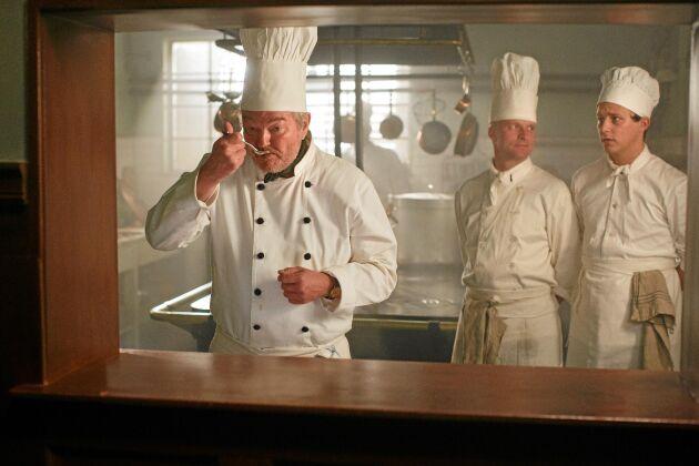 Köksmästare Backe är kärv och krävande. Han döljer väl sin mjukare insida. Foto: SVT