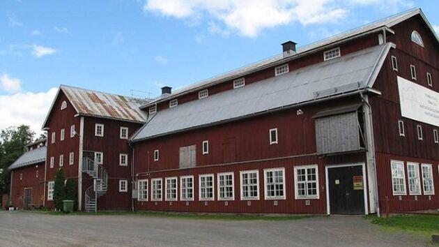Tenhults lantbruksgymnasium har haft en hästinriktning sedan 1991. I dagsläget är cirka 75 elever inskrivna. Nu ska anläggningen få ett nytt stall för 28 miljoner kronor.