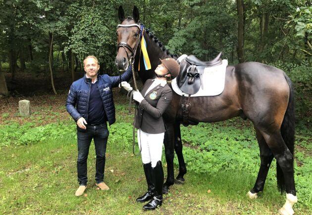 Tobias Hansson, här tillsammans med Jeanna Högberg och hästen Mr Grey VH när ekipaget vann Breeders Trophy för 4-åriga dressyrhästar.