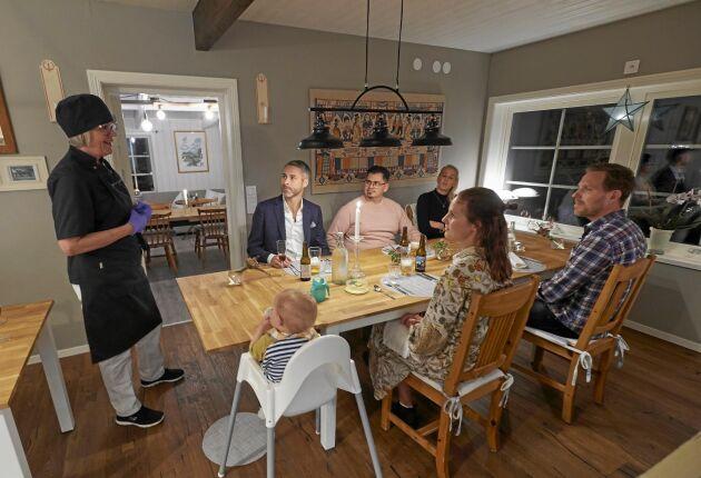 Susanne vill att det kännas som att äta hemma hos en vän. Kvällens gäster är: Johan Rafton, Christian Hillgren och Ellinor Johnsson och närmast lilla Molly med sina föräldrar Anna och Anders Wiberg.
