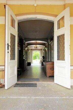 Den långa hallen går igenom hela huset.