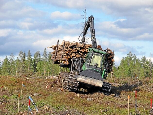 Så här såg det ut när forskarna undersökte markpackning på en av försöksytorna i Rotflakamyran. Skotaren var fullastad och vägde 35 ton.