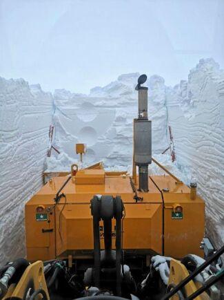 Bertil Fjellströms snöplog slår emot den stenhårda snöväggen framför. Han kommer bara framåt med myrsteg.