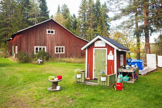 Släktgården har gott om plats både inne och ute med lada och lekstuga.