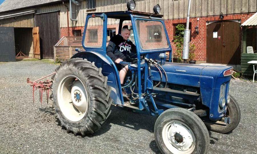 Patrik kör traktor.