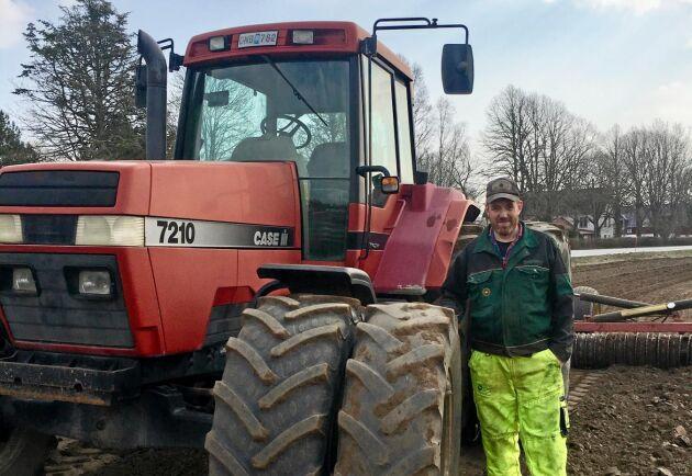 Jan-Ola Jonsson besöker regelbundet världens största maskinauktion i Cambridge utanför London. Som nystartad behövde han fynda en ny traktor och sen har det bara fortsatt med otaliga köp genom åren.