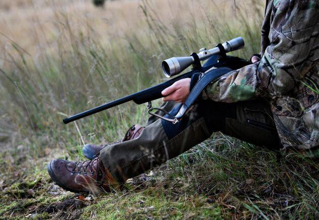 En jägare döms för djurplågeri efter att ha skjutit en hund av misstag. Jägaren på bilden har ingen anknytning till händelsen. Arkivbild.