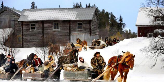 Nu åker de - kolla in 1800-talsturen med häst och släde!