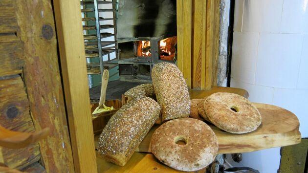 Två tredjedelar av allt bröd säljs på gården. Resten till säljs i matbutiker, Vreta Kluster och på marknader i närområdet.