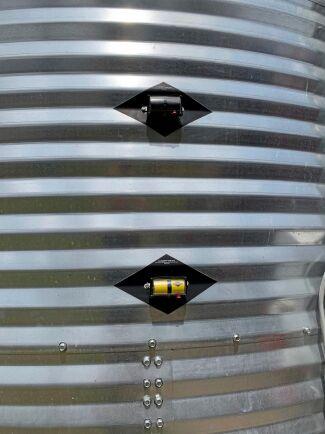 Rullen växlar färg från svart till gult när silomaterialet trycker mot nivåsystemets flärp.