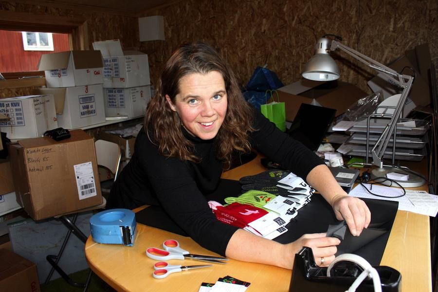 Rykande åtgång. Lisa Staffas packar mössor för fullt i sin företagslokal i Svärdsjö.