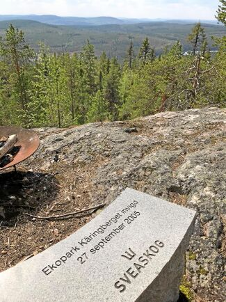 På utkiksplatsen i Käringberget finns en stenbänk med inskrift om invigningen 2005.