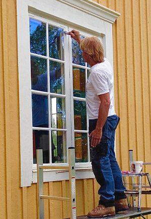 Glöm inte säkerheten mnär du målar fasad. Stadiga ställningar är ett måste.