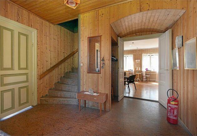 I hallen på entréplan finns en charmigt grönmålad dörr.