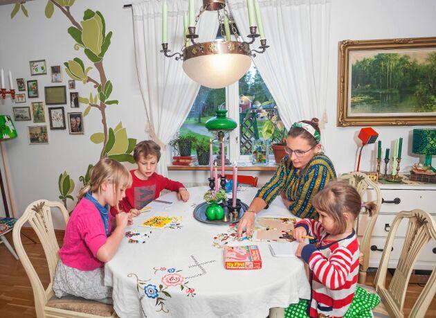 Petra älskar att ha tid för lek och pyssel med sina tre barn, Sigrid, Emylinda och Elias.