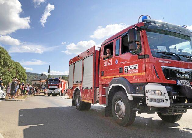 Konvojen av med polska brandbilar passerar Rättvik på väg norrut.