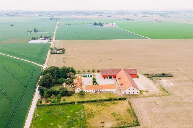 Det finns god åkermark på totalt cirka 117,3 hektar i anslutning till gårdscentrum. Det är huvudsakligen jordklass 10, lättbrukat med obefintlig kupering och lättillgängligt från befintligt vägnät.