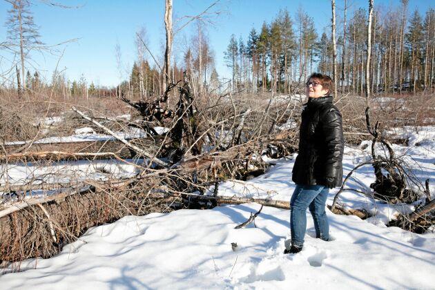 Juristen Aud Sjökvist vid brandområdet i Västmanland. Hon menar att den aktuella skogsbrandsutredningen inte håller måttet. – Allt i utredningen bygger på uppgiftslämnarnas egna utsagor: någon egentlig granskning har inte skett, säger hon.