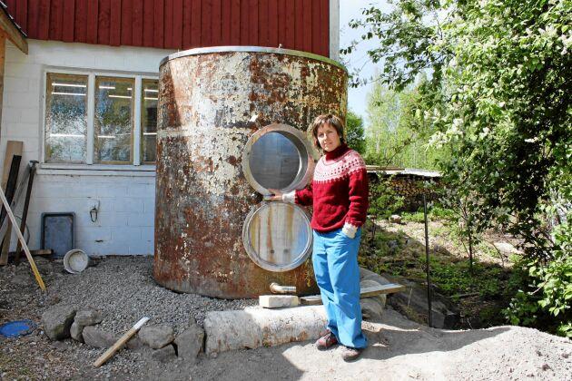 För att inte slösa med grundvatten samlar Elin upp regnvatten i en cistern.