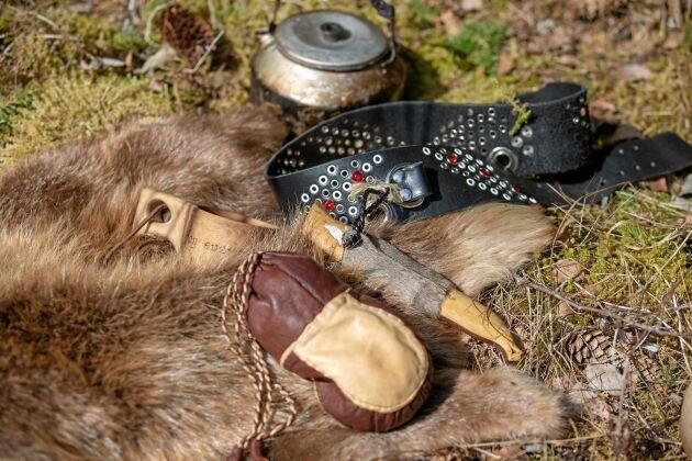 Skönt att ha med i skogen: Ett bäverskinn att sitta på, en liten skinnpåse för kaffet, ett samiskt knivbälte och en kanna för att koka kaffe över öppen eld.