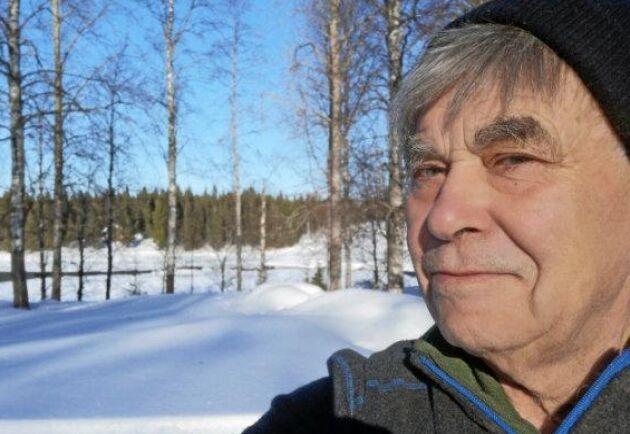 Gunnar Björk bor i Övertorneå, nära svensk-finska gränsen i byn Risudden-Vitsaniemi. Han ska sälja sitt virke till Stora Enso i Finland som kan betala långt över de svenska uppköparnas priser.