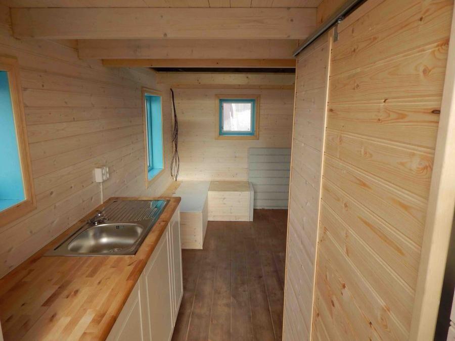 Sovloft, toalett, kök och vardagsrum — allt ryms på de 13 kvadraten.