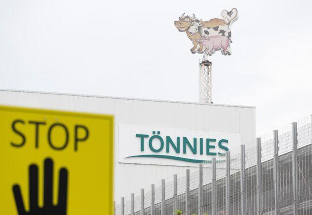 Tönnies slakteri i tyska Rheda-Wiedenbrück har stängt ned på obestämd tid efter att över 650 medarbetare testat positivt för covid-19.