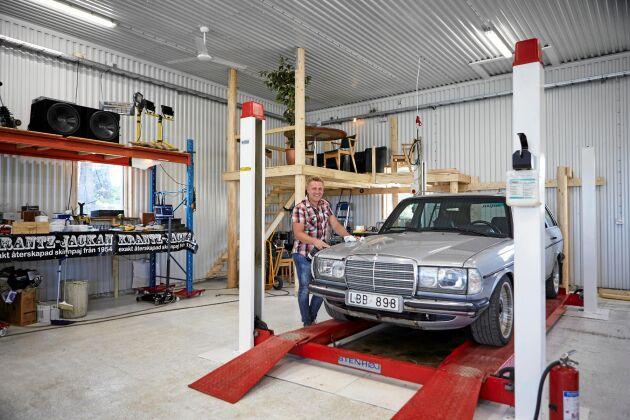 Ett skinande nytt garage som till och med har fikahörna en trappa upp. Gott om plats att meka med en av sina gamla Mercedes: en W123 300 TDT från 1983