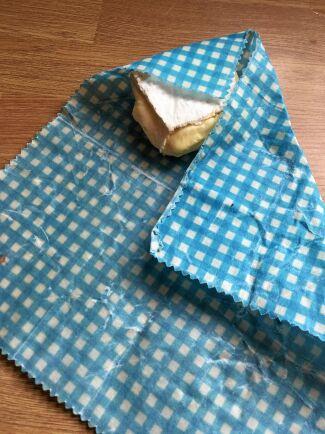 Tyg eller papper som mättats med bivax håller maten fräsch.