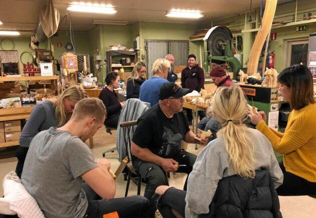 Ett 20-tal nyfikna personer i olika åldrar kom till Grannas A Olsson Hemslöjd i Nusnäs för att lära sig att tälja dalahästar.