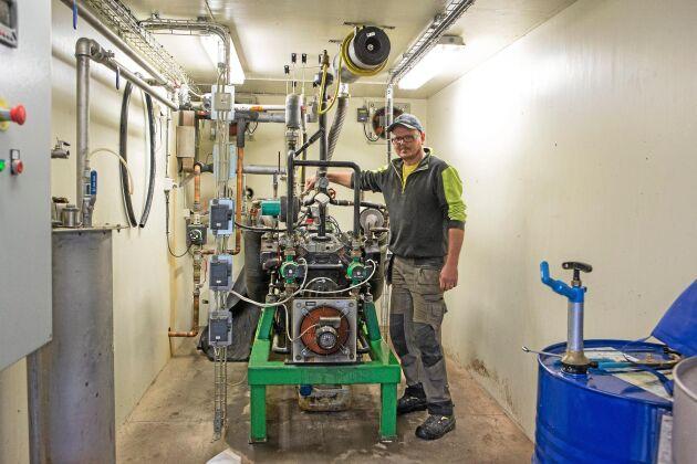 Mattias vid elverket som producerar 360000 kilowattimmar om året.