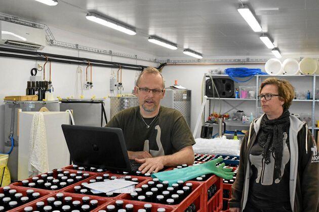 Varje steg i varje bryggning dokumenteras på datorn. Calle och Marika Sjöström har numera lite mer utrymme att vara på.