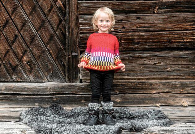 Färgglad ylletröja. Fram med kritorna och låt barnen rita sin egen favoritkombination.