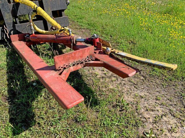 Redskapet har en arm som fungerar med en dubbelverkande hydraulkolv. Armen klämmer kvistarna mot anhållet.