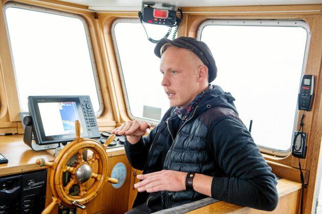 Kocken Anton Ingildsen Kämpe kör båten Märta II på tur ut till musselodlingen.
