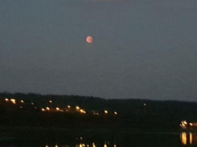 I Fristad utanför Borås var månen blodröd.