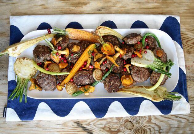 Servera gärna biffarna med ugnsrostade rotsaker, smörstekta kantareller och lingon. Foto: Katarina Ekeström