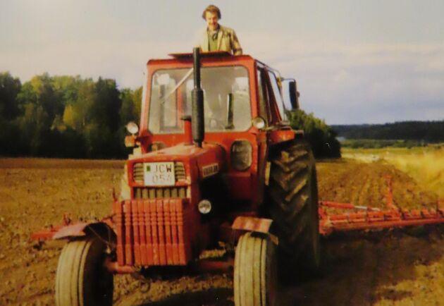 Det är vårbruk i mitten av 1970-talet och Kenneth Fransson är ute med Volvo BM 800 och Väderstadharven. Takluckan är öppen och livet leker. Året efter fick traktorn dubbelmontage och vårbruket gick ännu fortare.